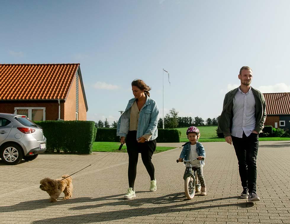 Familie går tur på lukket villavej i Hjørring
