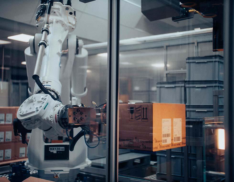 Højteknologisk Robot pakker kasser til sending