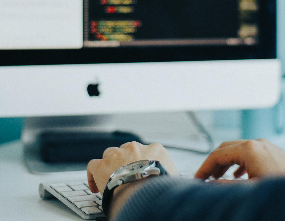 Job i Hjørring: Ansat sidder på kontor og arbejder