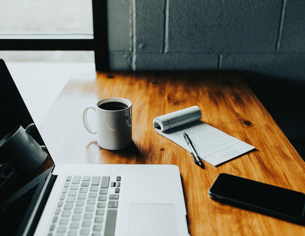 Skrivebord med computer