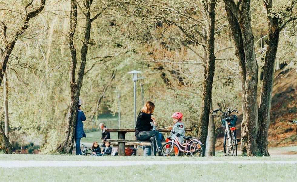 Flyt til Hjørring - mor og datter sidder i parken